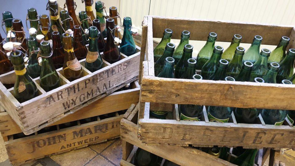 Historické pivní lahve v přepravkách