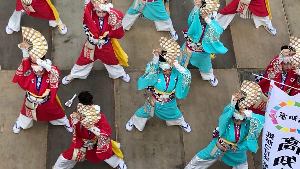 Vystoupení tanečníků na festivalu tance Josakoi v Tokiu