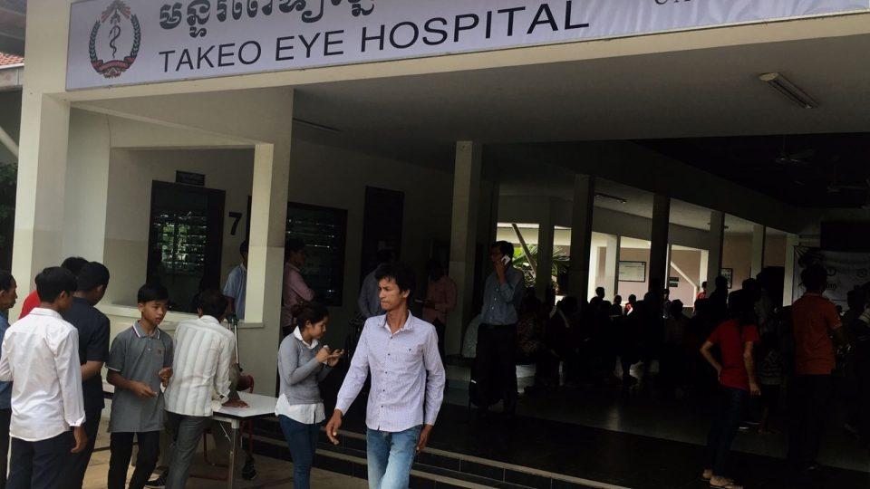 Na oční kliniku v kambodžském Takeu cestují pacienti někdy i přes celou zemi, aby našli pomoc.
