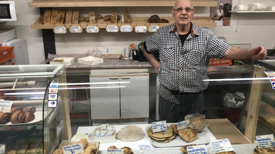 Hrdý majitelToufik-Amrane za pultem své pekárny