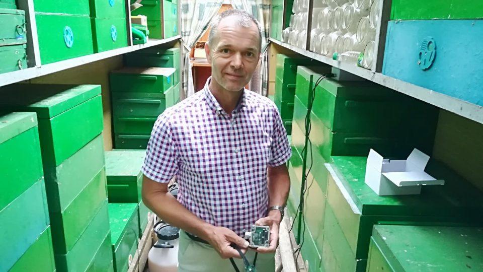 Pavel Mach vymyslel zařízení, které analyzuje frekvenci bzučení uvnitř úlu a pak včelaře na dálku varuje, když se v úlu něco děje.