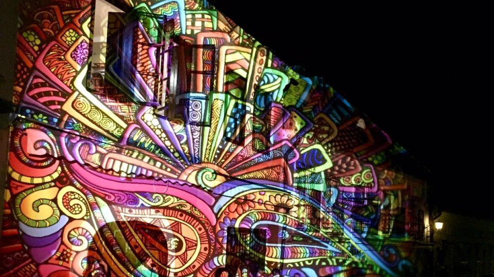 Ulice v nočním Szentendre hrají doslova všemi barvami