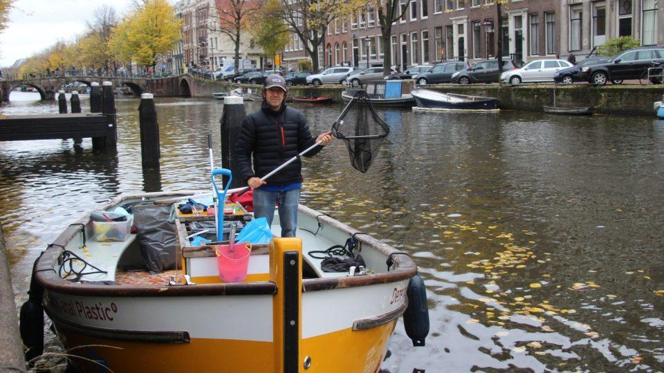 Erik Fransman na jedné z jedenácti lodí organizace Plastic Whale, která čistí amsterodamské kanály od plastového odpadu