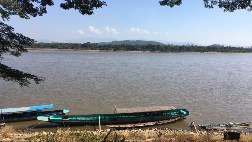 Hranice prochází přesně středem řeky. Pohled z thajského břehu přes Mekong do Laosu