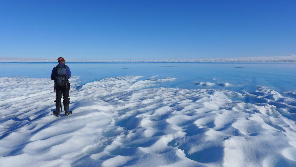 Vědci si zatím nejsou úplně jistí, jestli masivní odvodňování ledovcových jezer ústup ledovce zrychlí, nebo zpomalí