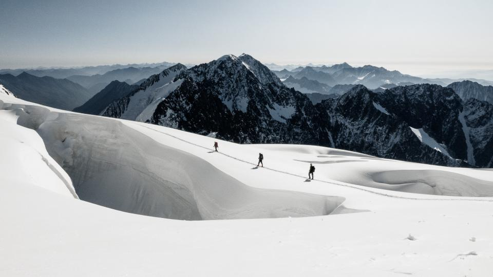 Průchod mezi trhlinami v ledovci