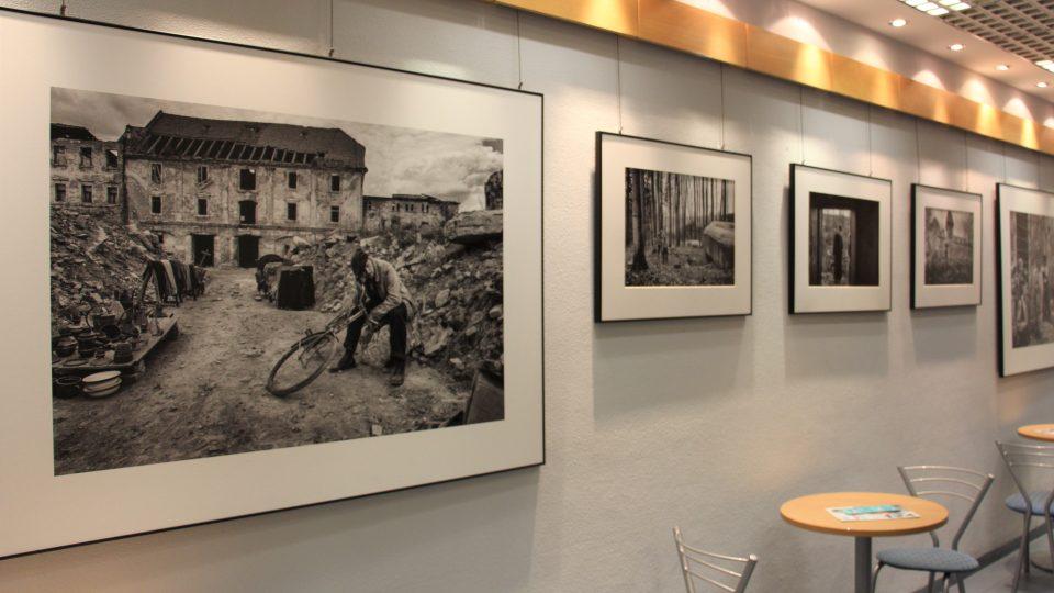 Výstava fotografií z natáčení filmu Nabarvené ptáče v galerii Českého rozhlasu České Budějovice