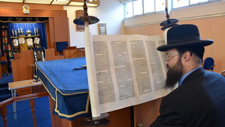"""""""Tento svitek používáme jen během našich hlavních svátků, jako je třeba Pesach. Z tóry čteme, je součástí našich obřadů,"""" vysvětluje rabín Yechezkel Mandelbaum"""