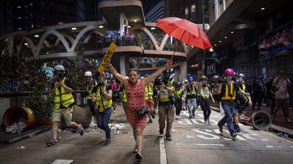 Protesty v Hongkongu zachytil dánský fotograf pro agenturu AFP. Jeho sérii porota vybrala jako nejlepší v kategorii Zprávy