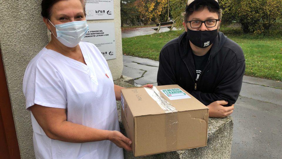 Vedoucí laboratoře Helena Jiřincová přebírá od Tomáše Klímka balíček s energeticky bohatými potravinami. Říkáme tomu amarouny, směje se