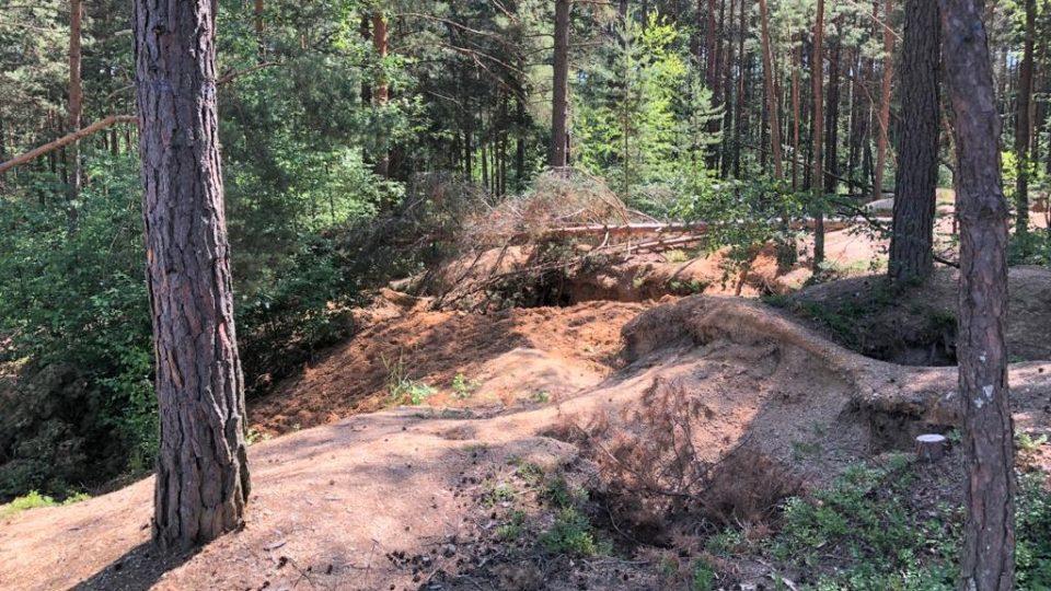 Krajina nedaleko obce Nesměň na Českobudějovicku, kterou poničili hledači vltavínů