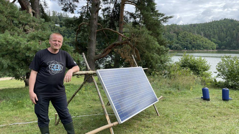 Pavel Hrzina u solárního panelu