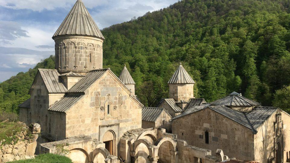 Nejstarším z celého tohoto chrámového komplexu je svatý Jiří postavený v desátém století. Hlavní chrámová stavba hned vedle je o tisíc let mladší