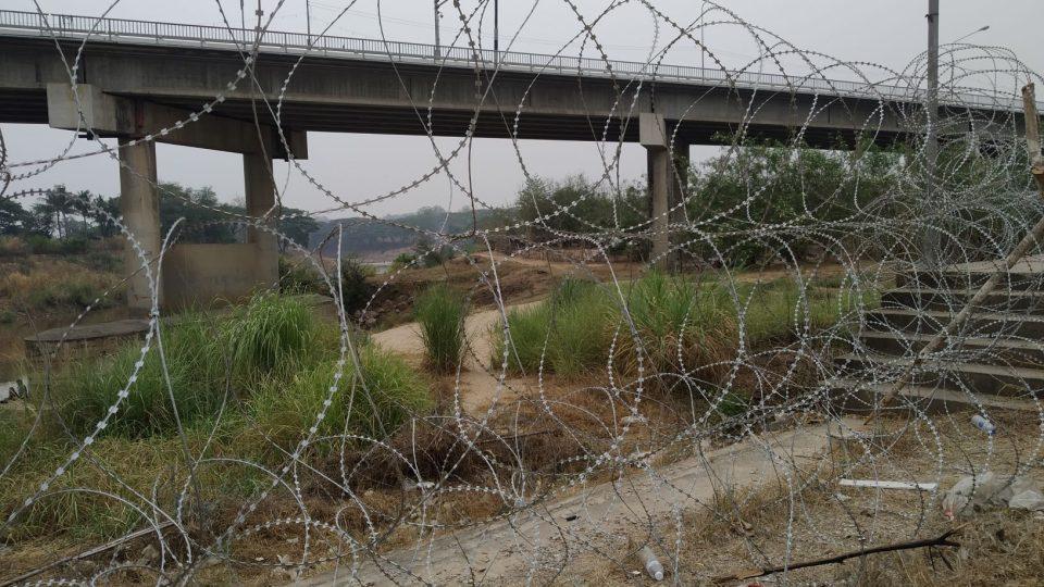 Největší thajsko-barmský hraniční přechod zavřely covid-19 a nepokoje v Barmě. Thajská armáda ještě přidala žiletkový plot