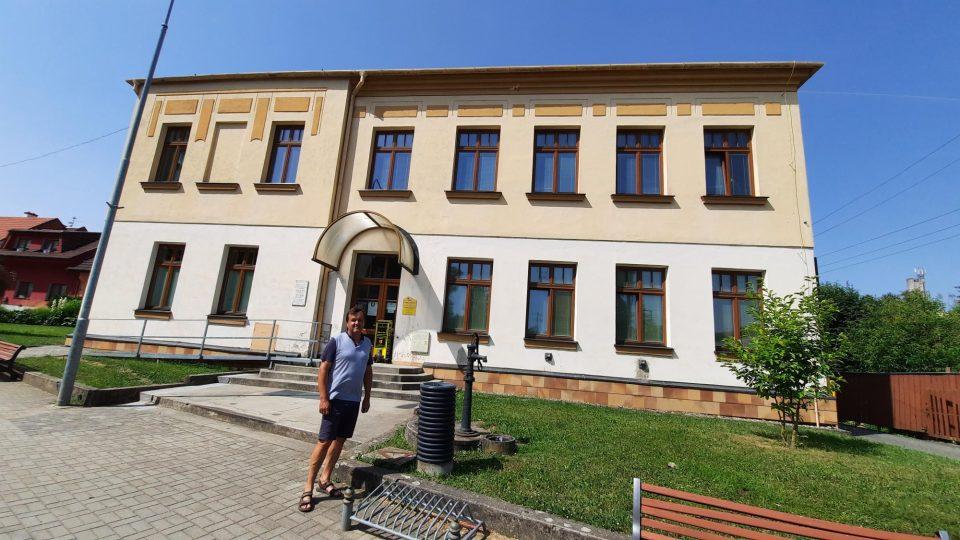Karel Chvilíček před bývalou školou ve Vlčnově