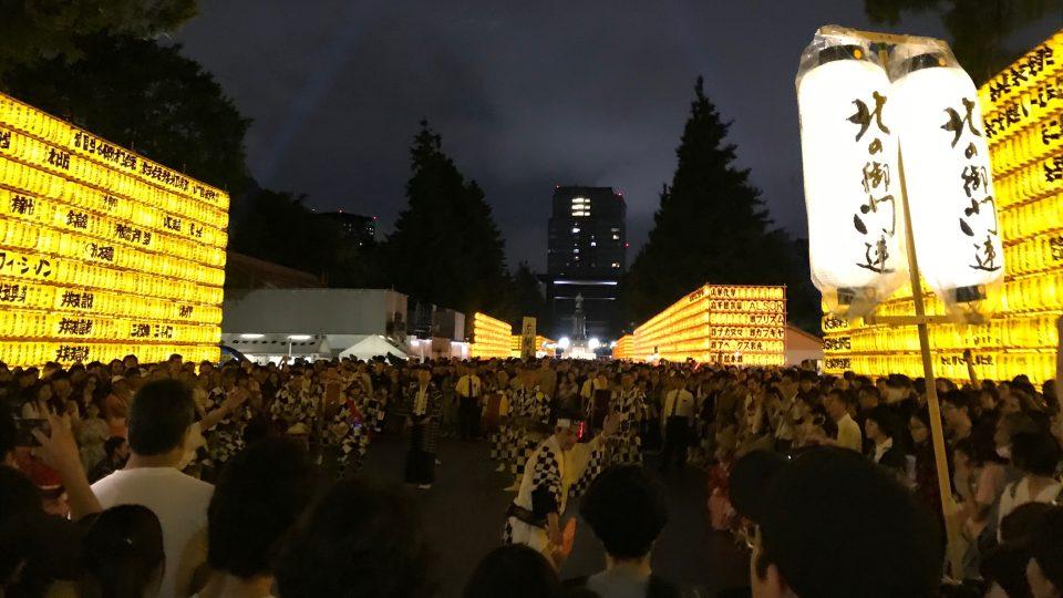 Během slavnosti Mitama do svatyně Jasukuni pravidelně zavítají statisíce lidí.