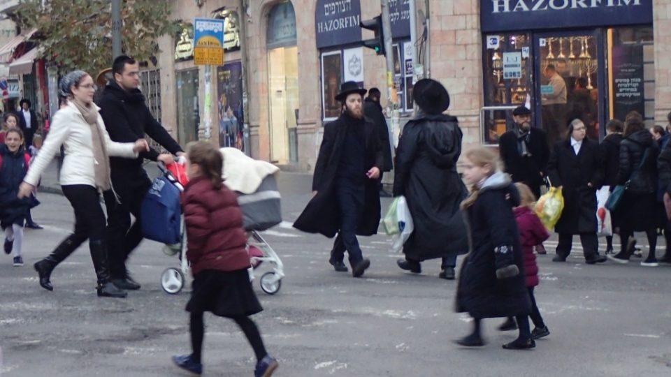 Rodiče i učitelé vedou děti z ortodoxních rodin k tomu, aby nemluvily hebrejsky. Bojí se, že je jazyk odvede do sekulárního světa.