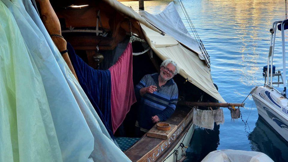 Thanasis na lodi žije už třináct let. Nemá žádnou kajutu, je přikrytá pouze celtovinou