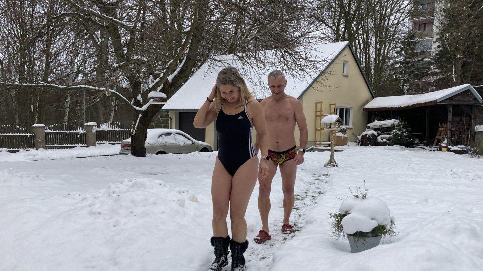 Ve dvou, za sebou, sněhem jdou