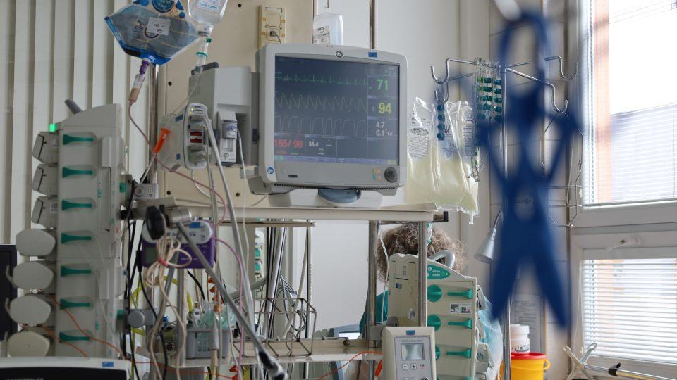 Post-covidové oddělení ostravské fakultní nemocnice. Přestože jeho pacienti už mají nemoc covid-19 už za sebou, jejich zdravotní stav vyžaduje stále intenzivní pomoc zdravotníků