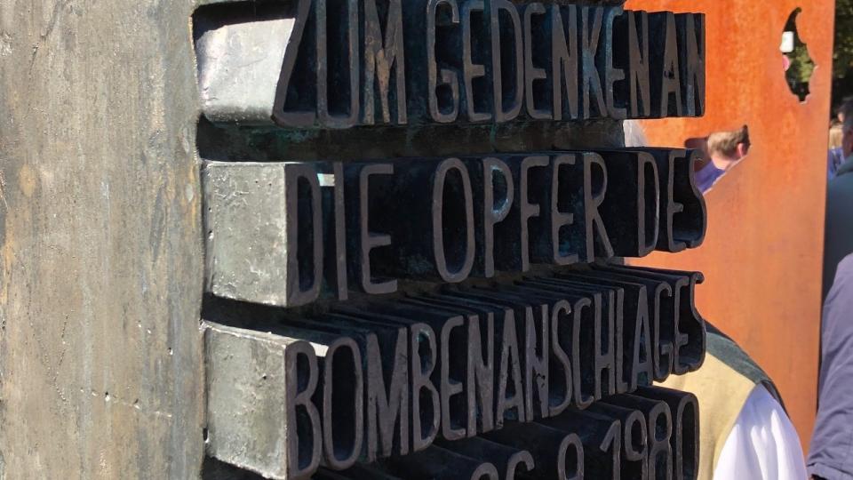 Památník tragédie z roku 1980. Při bombovém útoku tehdy na Oktoberfestu zahynulo 12 lidí