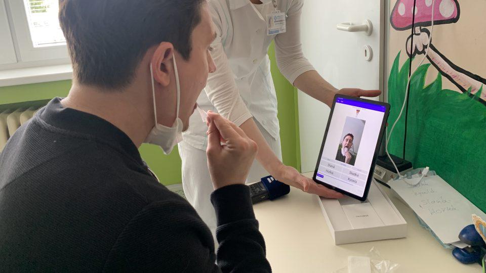 Díky v kameře v aplikaci lékaři vidí, zda pacient test provádí správně