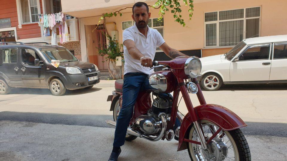 Ali na svém motocyklu jawa