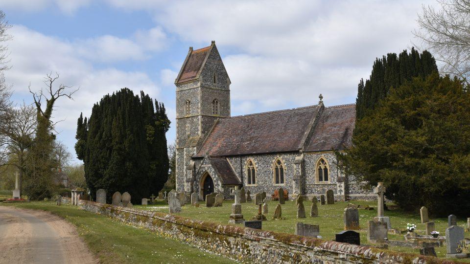 Kamenný kostelík v maličké vesnici East Wretham obklopuje nevelký hřbitov. Leží na něm i dvanáct československých válečných hrdinů