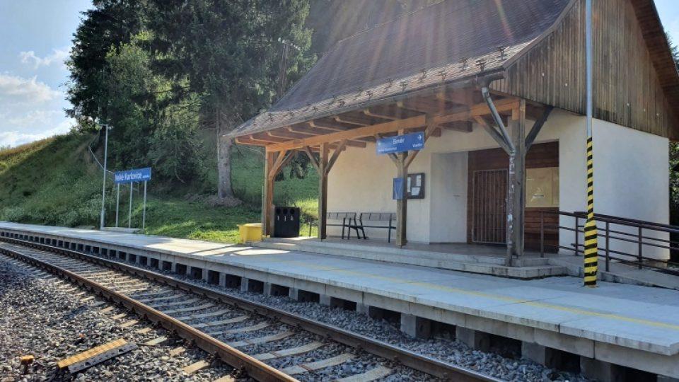 Seriál Doktor Martin - Velké Karlovice jako Protějov (železniční zastávka Velké Karlovice)