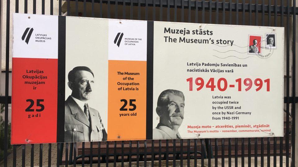 V lotyšském Muzeu okupace visí Stalin vedle Hitlera