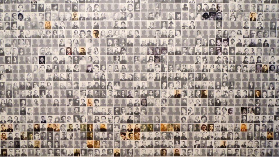 Ty jejichž portrét se nedochoval, zastupují na zdi alespoň symbolické siluety.