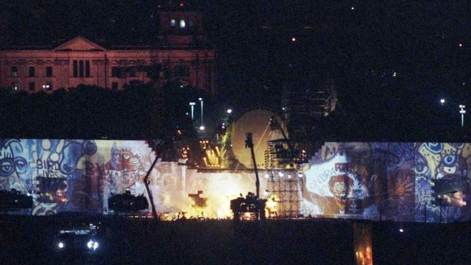 Kvůli koncertu vyrostla na berlínském Postupimském náměstí 170metrová polystyrenová zeď, která byla na konci show symbolicky zbořena