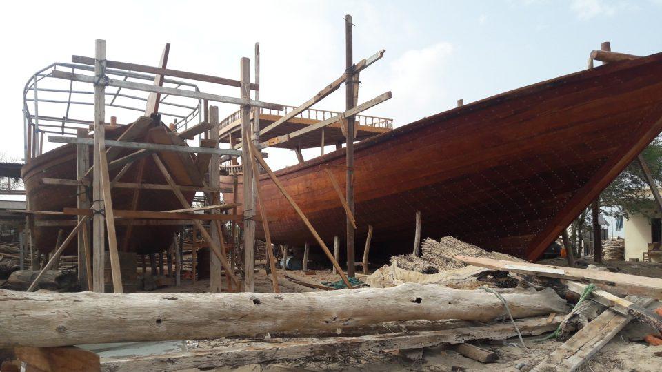 V loděnici v ománském přístavu Súr se lodě dáu staví tři sta let