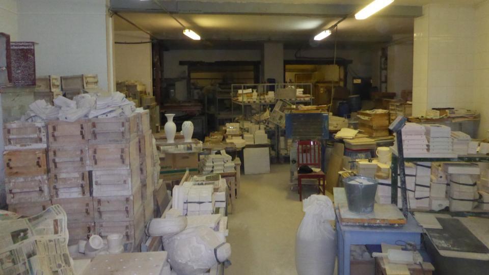 Všude tu leží formy, protože porcelán se kvůli své křehkosti nevyrábí na kruhu. Z forem se zhotovují například i porcelánové dlaždice, které se používají při obkládání krbů