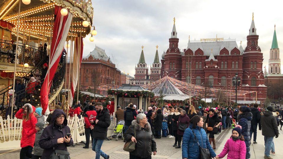Po sněhu, který je neodmyslitelnou součástí ruského svátku Maslenica, není letos po nezvykle teplé zimě v Moskvě ani památky