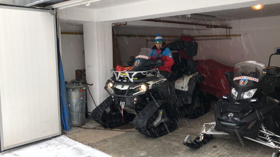 Většinou musí záchranáři ošetřovat zraněné lyžaře na sjezdovkách. Pátrání po ztracených lidech tvoří jen zlomek jejich práce