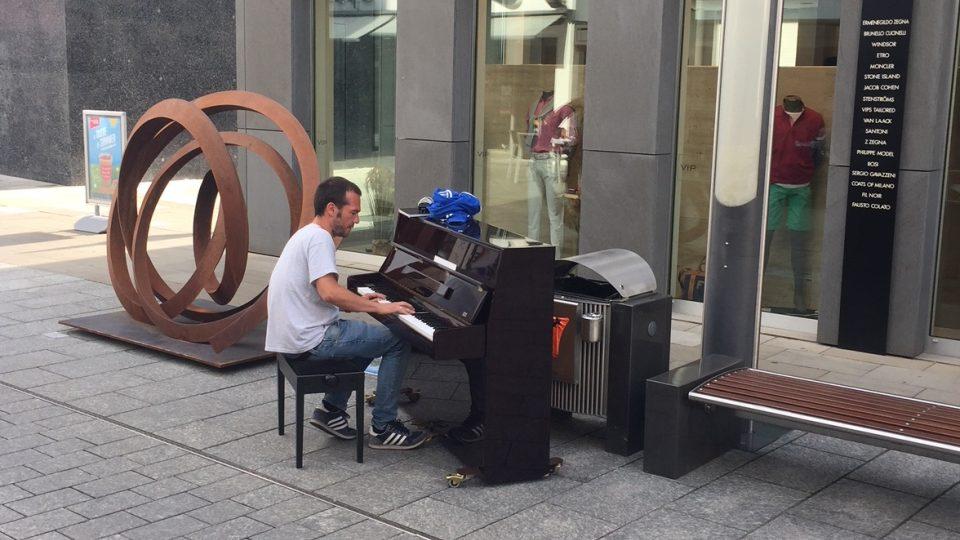 Piano před kavárnou Amarone nikdy nemlčí dlouho.
