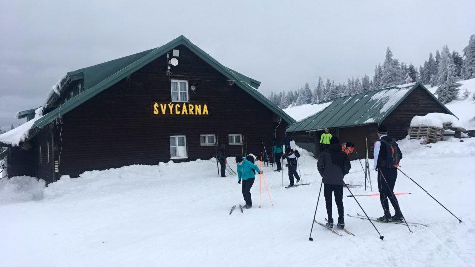 Švýcárna byla postavená v roce 1887, stojí v nadmořské výšce 1304 metry a bez skútru se k ní v zimě dostanete jenom po svých.