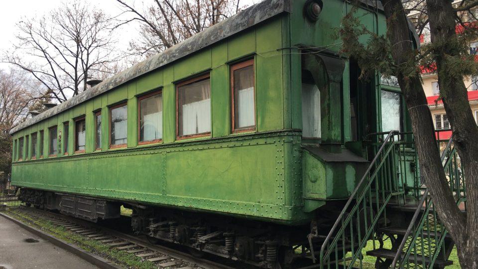 Vagon je opancéřovaný a váží 84 tun. Kvůli jeho váze museli k muzeu postavit provizorní železnici.