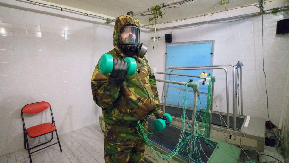 Vojáci a záchranáři by měli ve speciálním obleku nejen přežít, ale také fungovat při zátěži