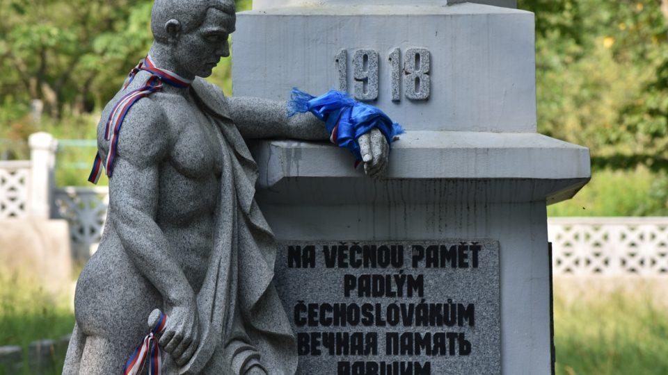 Památník na legionářském hřbitově, na kterém se podílel Bohuslav Kočí a možná i Vladimír Winkler
