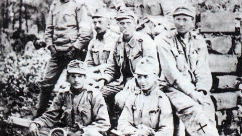 Začátkem roku 1918 bylo v Kyjevě už několik desítek tisíc Čechů. mezi nimi i Jaroslav Hašek (vpravo)