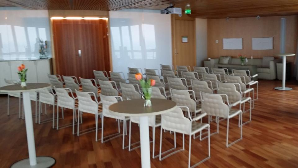 Součástí budovy jsou i společenské a konferenční prostory. Nájemníci si je mohou pronajmout jen za cenu úklidu.