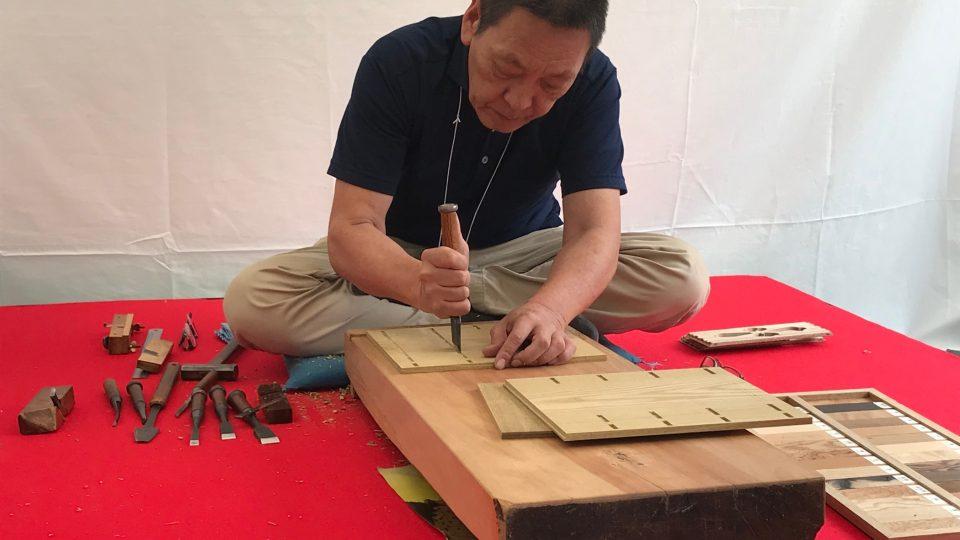 """""""Technikou sašimono se dá vyrobit vlastně cokoliv, co si představíte pod slovem nábytek,"""" říká truhlářský mistr Sato"""