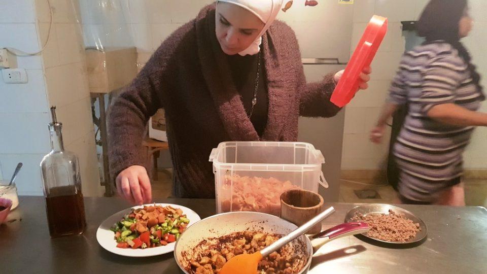 Fátin dochucuje jednu ze syrských specialit, které vaří pro své egyptské zákazníky