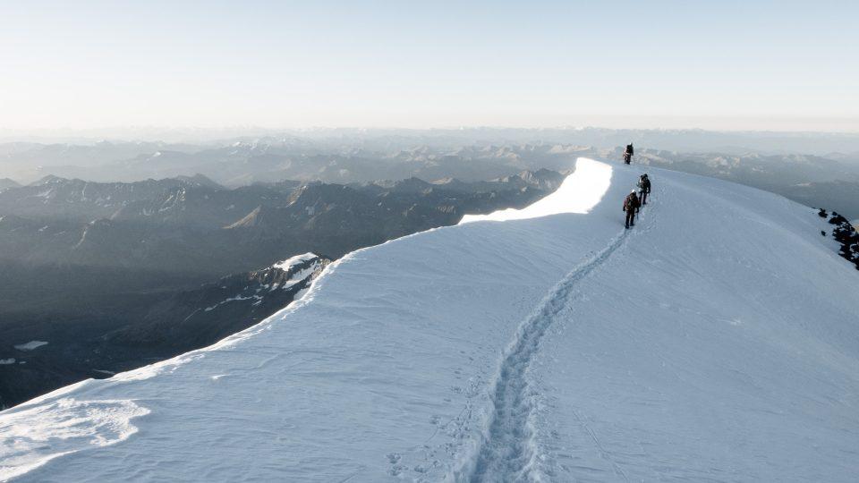 Trasa na vrchol Běluchy vede blízko hranic z Kazachstánu