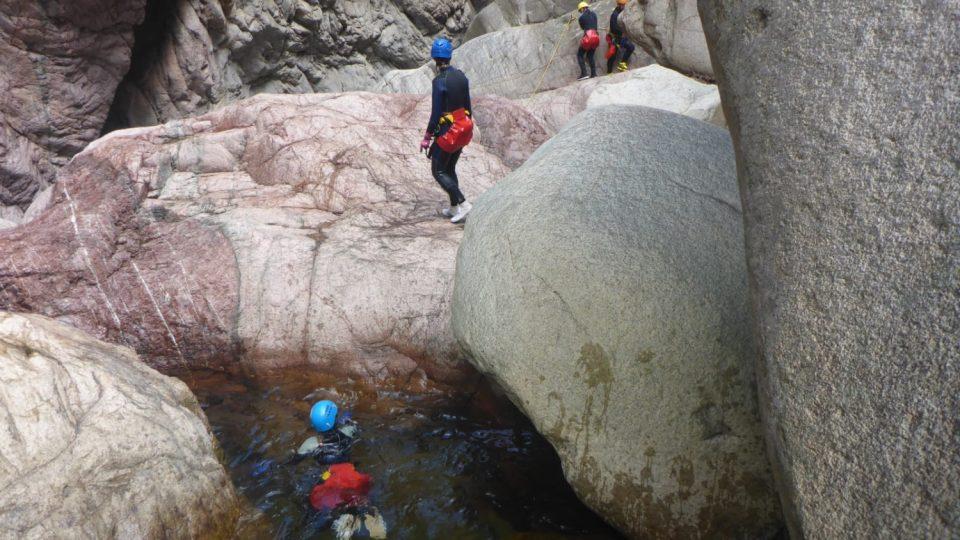 Korsika je bohatá na krátké, divoké vodní toky vyhřáté od žulových balvanů. Pro kaňoning ideální