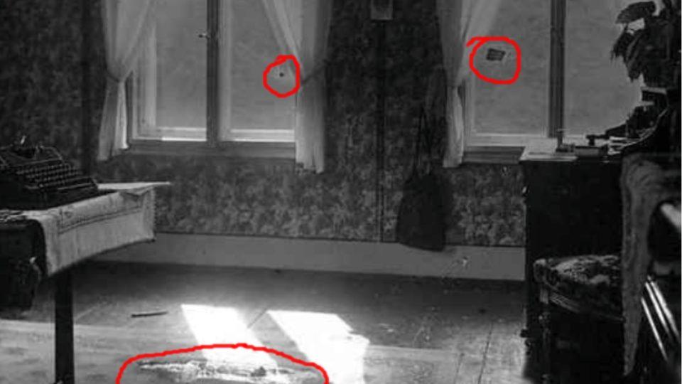 Lessingova pracovna po vraždedném útoku svyznačenými průstřely skel a kaluží krve