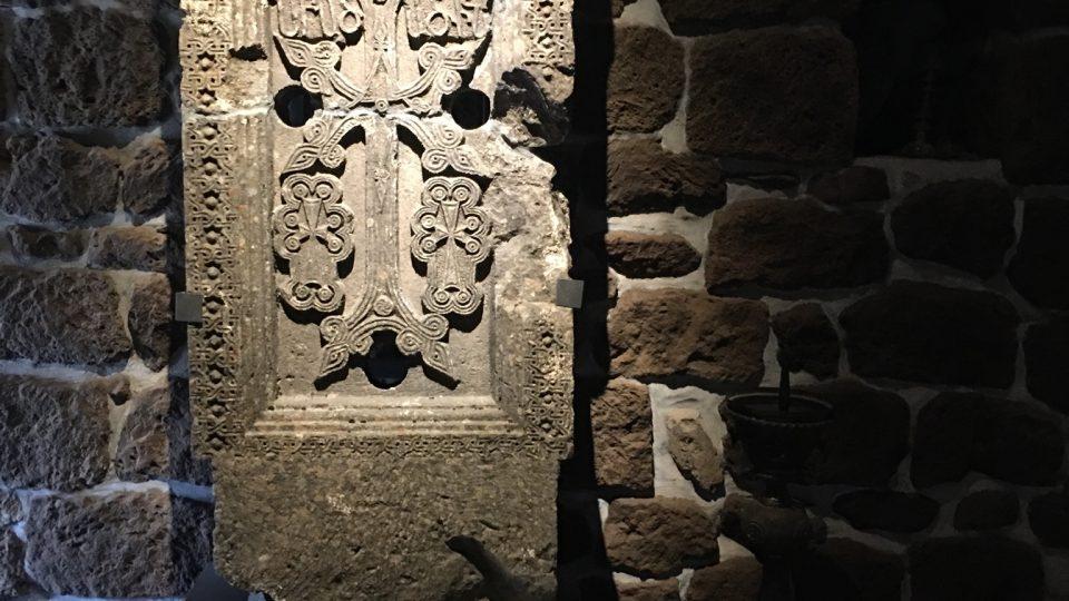 Chačkary se tesají z monolitů pěnovce. Standardní chačkar je asi dva metry vysoký a mistr s třemi pomocníky na něm pracuje několik měsíců až rok