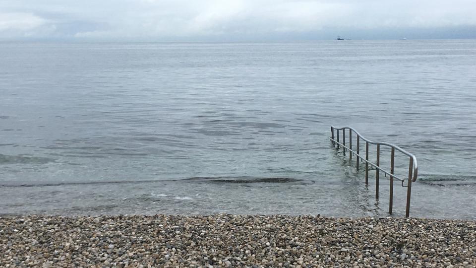 Oblázková pláž Petelini je vybavena i zábradlím, aby se koupajícím lépe vstupovalo do vody